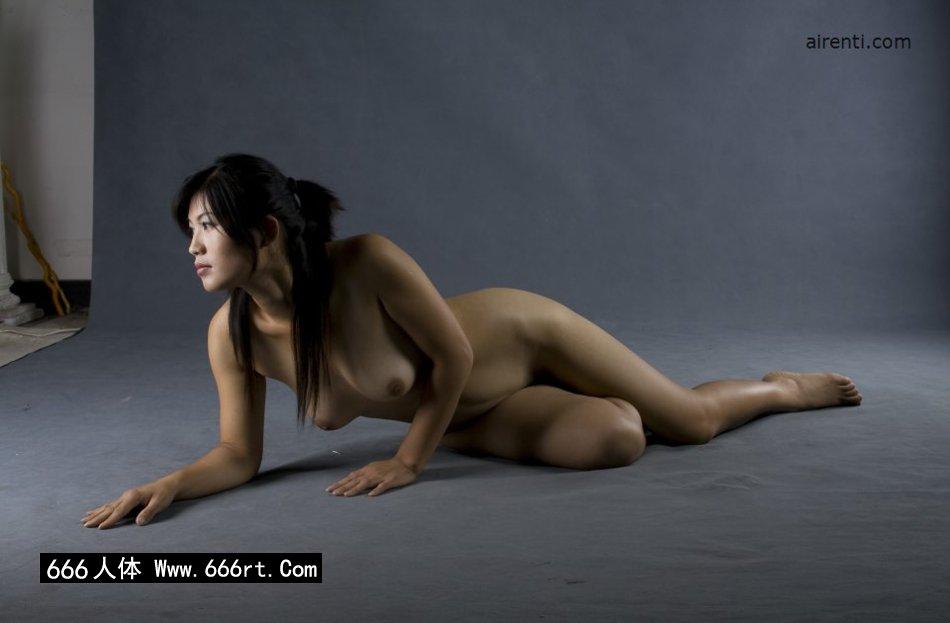 丰腴的名模王曼暗光室拍