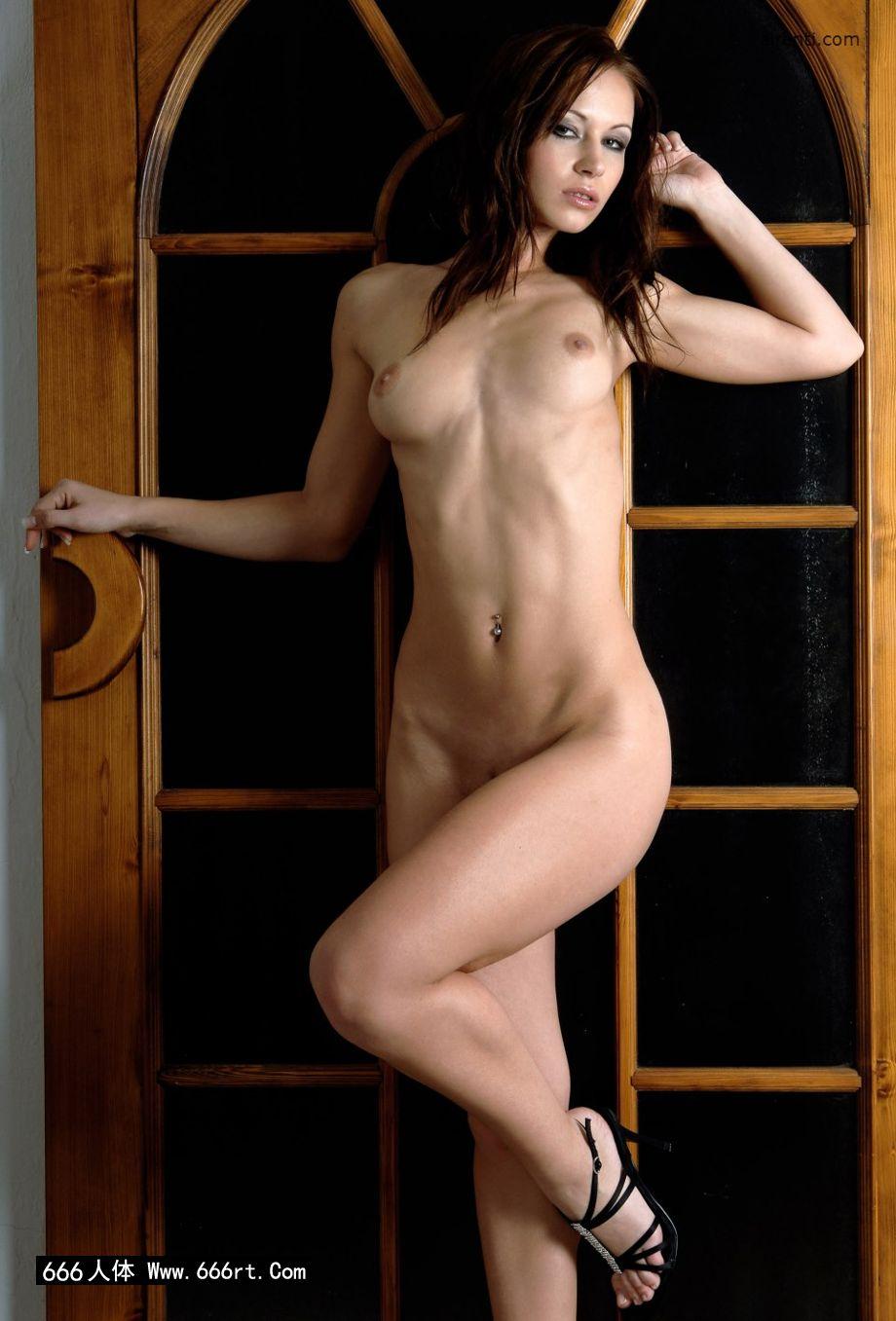 室拍木门下身材超好的嫩模Gladys_泰国美女裸体献身