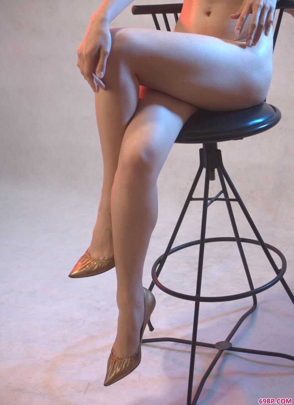 gogo西西人体艺术裸阴鲍鱼,超模紫络写真棚里的勾魂美体