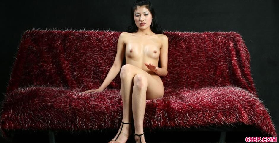 GOGO人体摄影高清国模,妹子梅婷室拍沙发上的勾魂美体