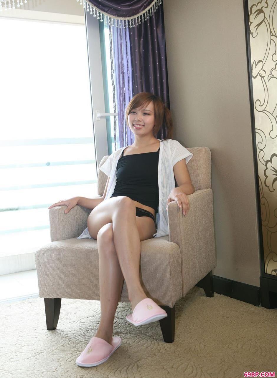 靓女清羽家中沙发椅上的清纯人体1