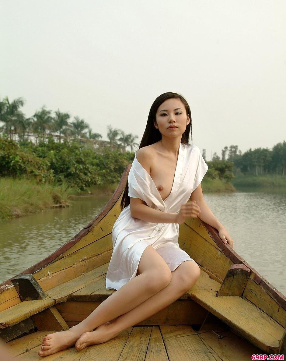 丝袜大屁股美女人体艺术照,裸模静雨郊外旅游时候的清纯人体