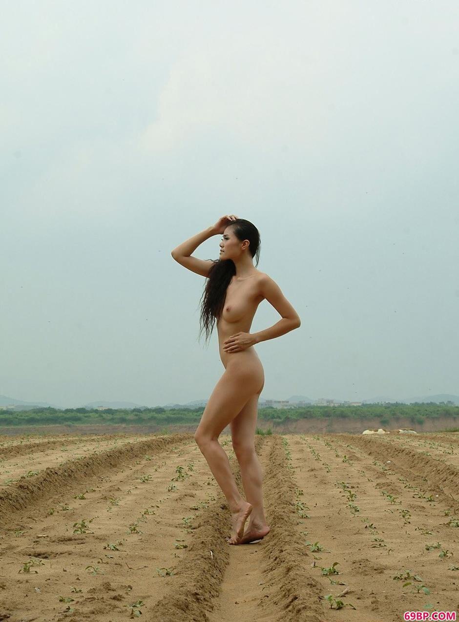 美人莉娜乡村田地的小路上