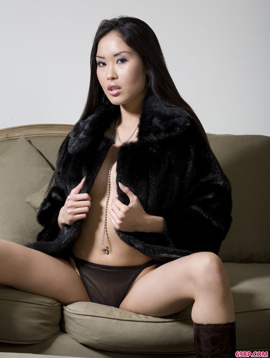 欧美人体摄影图片_美模�鄱�沙发上的风骚人体