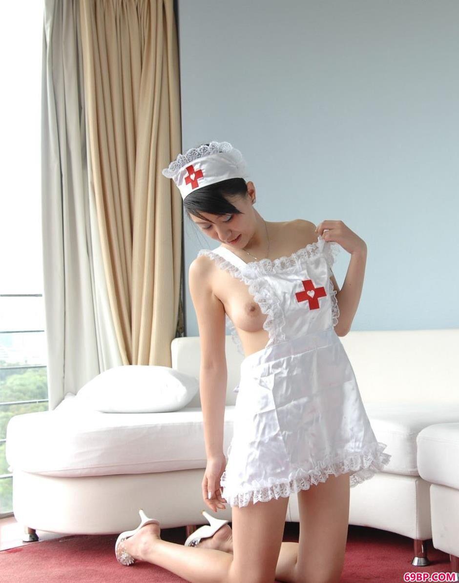 名模露露家中沙发上的美丽护士服