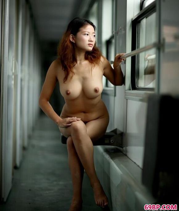 嫩模颖星在火车上过道里的美丽人体
