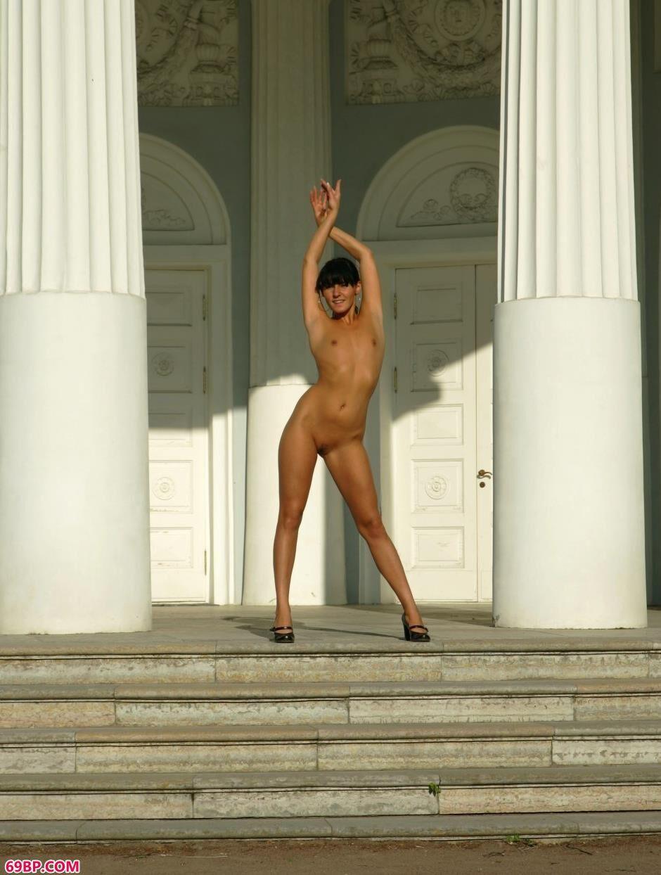 国模虎小鹤大尺度啪啪_裸模Anna石柱前的风骚人体