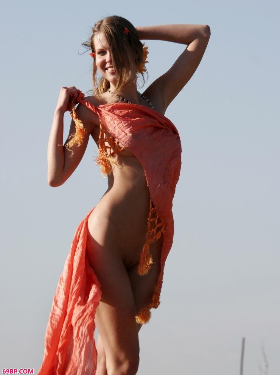 一边做一边潮喷30p_名模Kelly堤坝上的纱巾人体