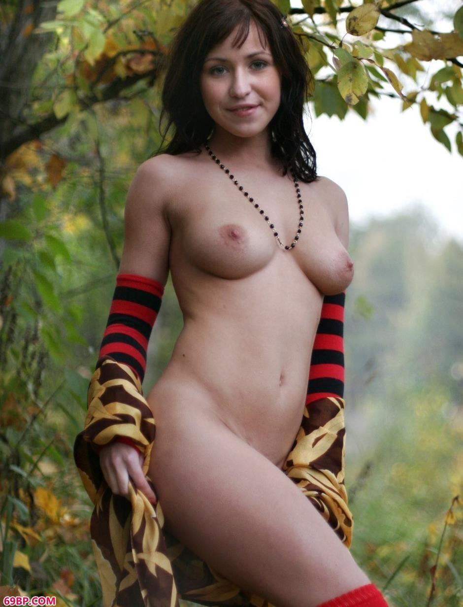 山上树林里的Vika迷人身材_日本少妇裸艺术写真图
