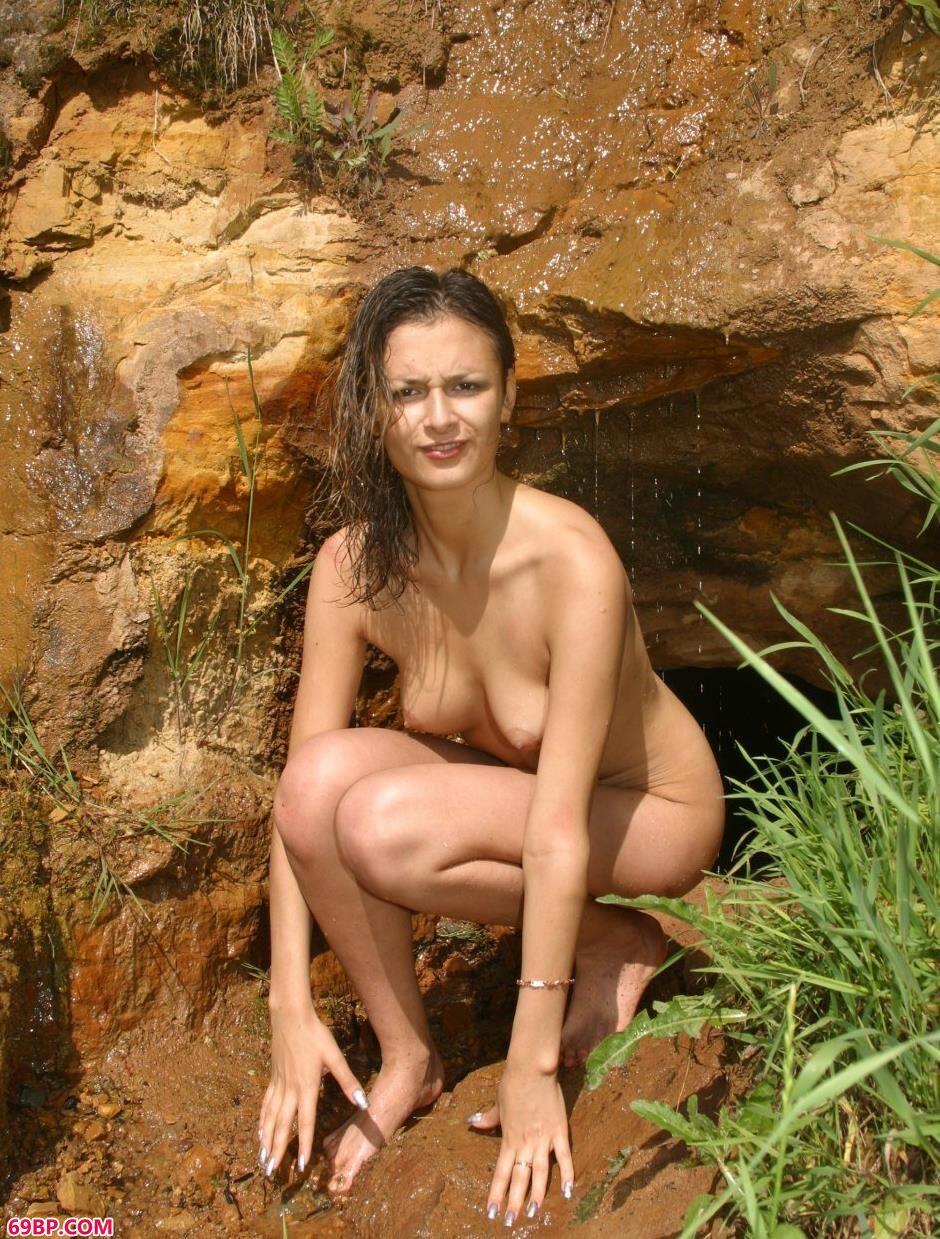 山坡上的裸模Ulia勾人美体