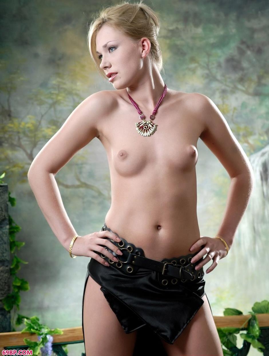 汤芳的人体艺术_美模爱丽丝写真棚里的大尺度人体
