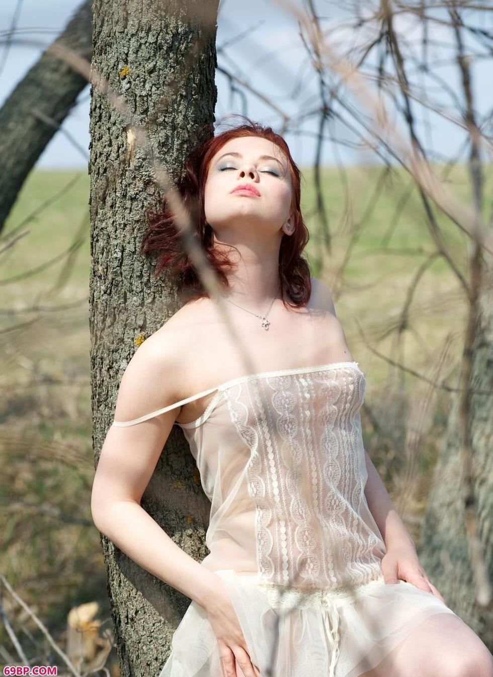 张慧敏人体艺术_裸模Marina树林里的风情美体