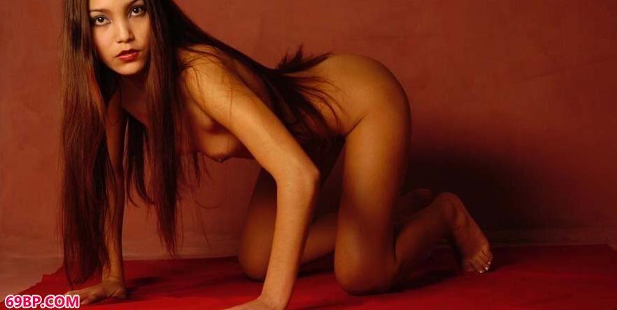 美模LaChambreRouge躺在红布上的魅惑人体