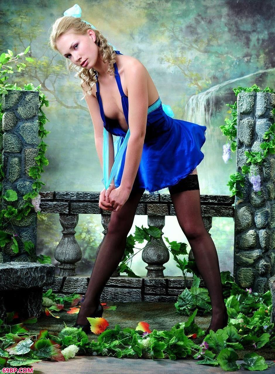 街拍美臀_嫩模Cornelia室拍庭院背景的可人人体
