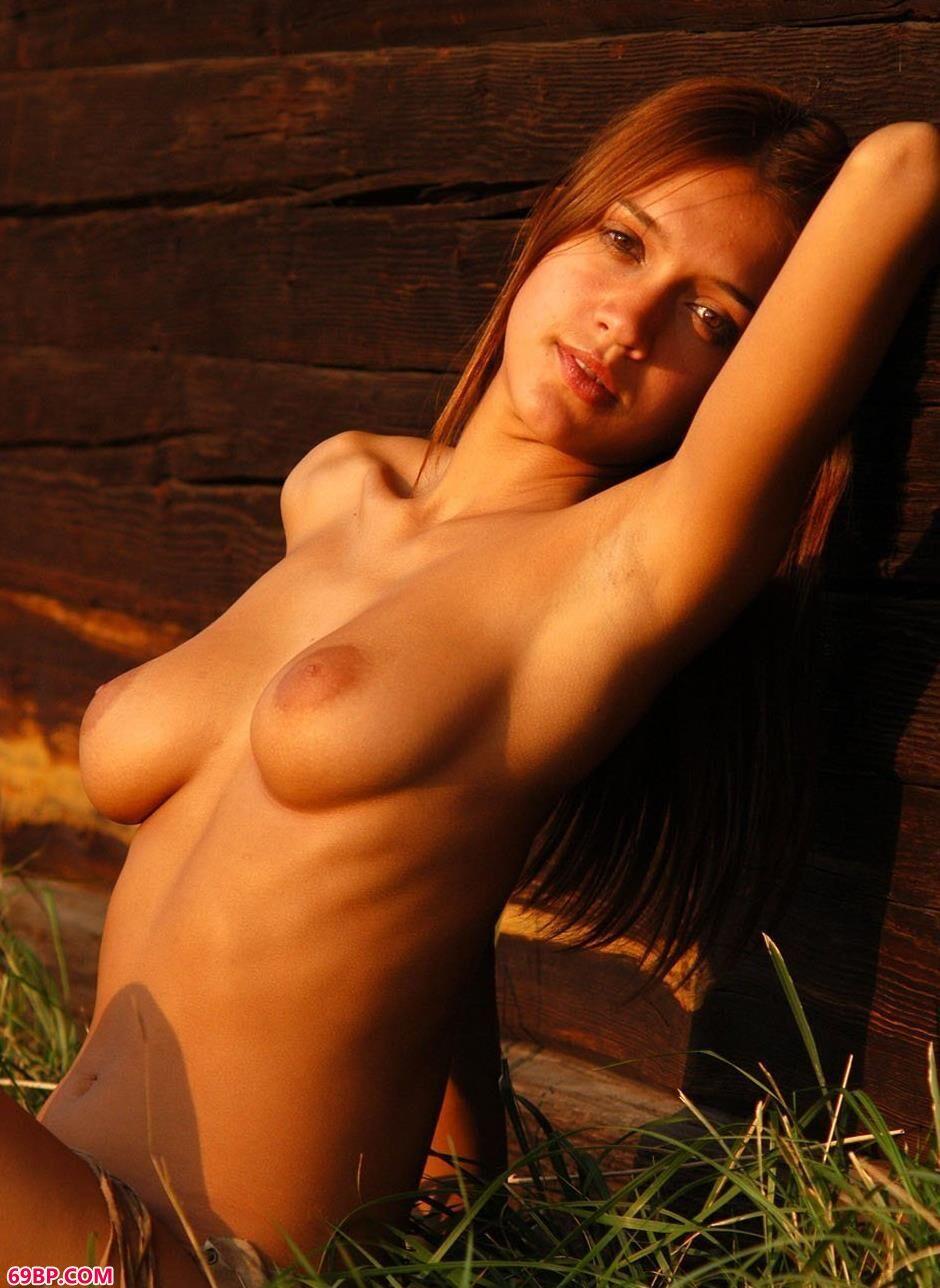 人体嫩模野外小木屋5