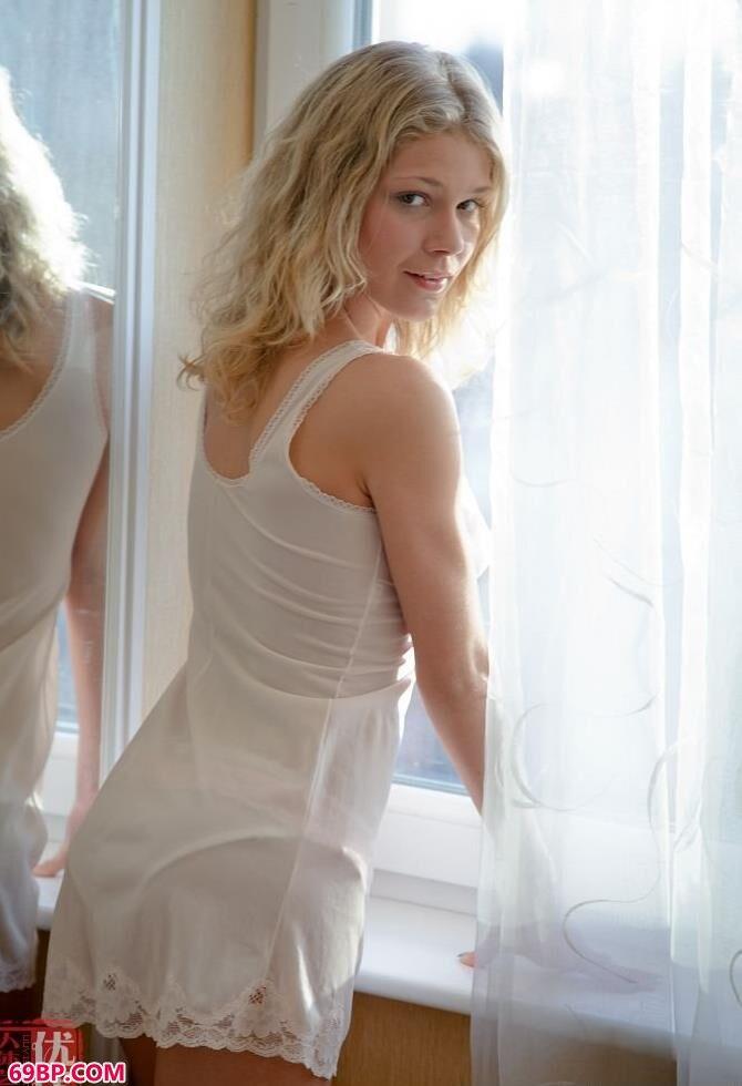 娇媚的靓女纯洁的白色睡裙_饥渴的50岁熟妇hd