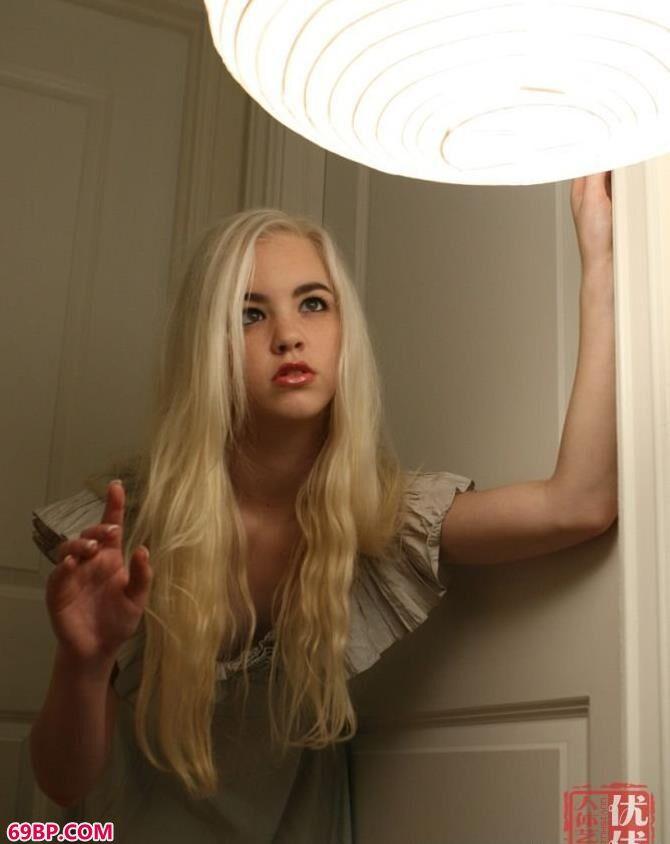 中国正版人体艺术_深夜闺房里的白发女子_0
