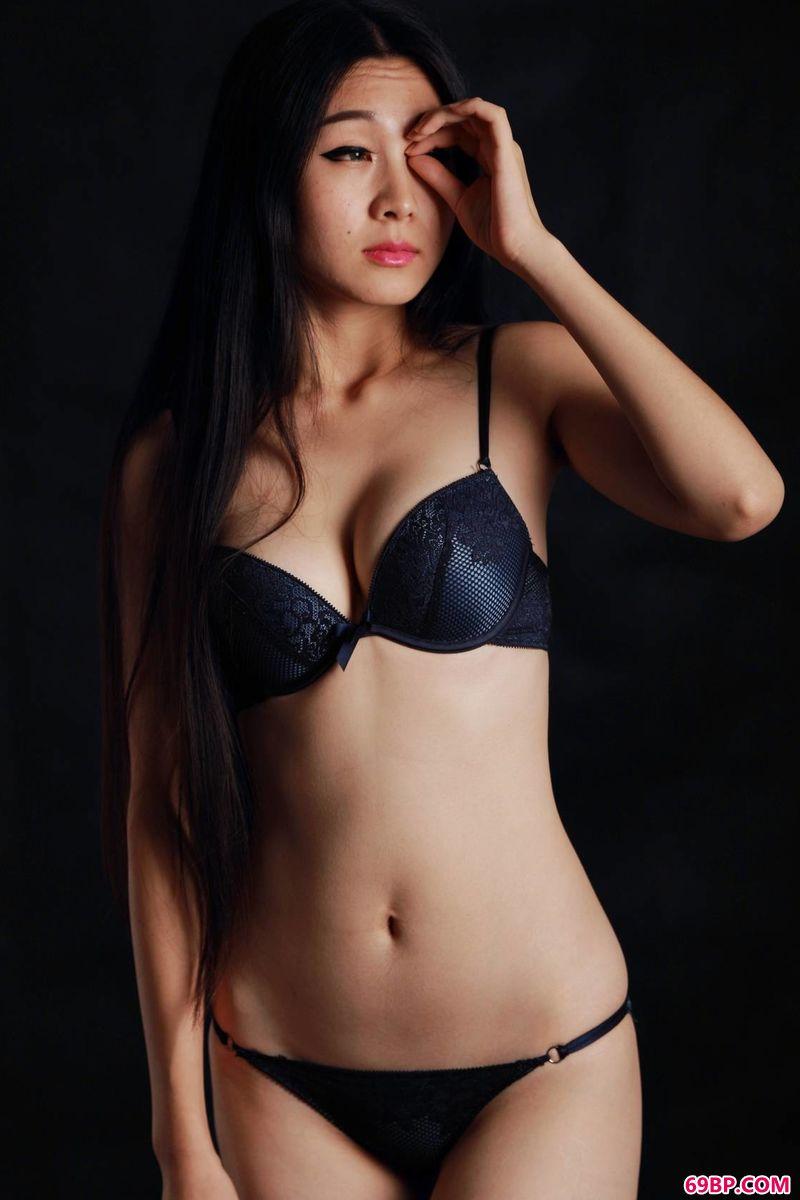 汤加丽人体三点露_祥和的美艳模特惠兰